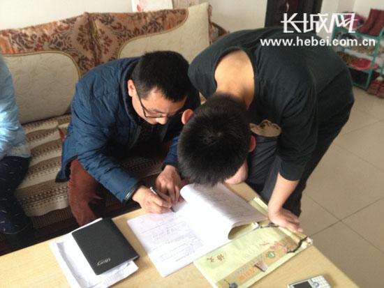 衡水十三中学教师帮助学生辅导家庭作业.刘斌 摄
