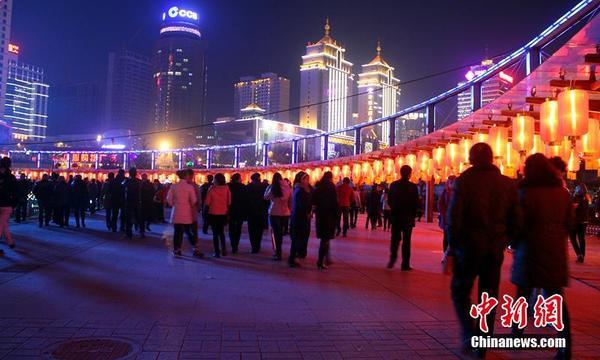 青海西宁近万名市民寒风赏花灯|青海|省会
