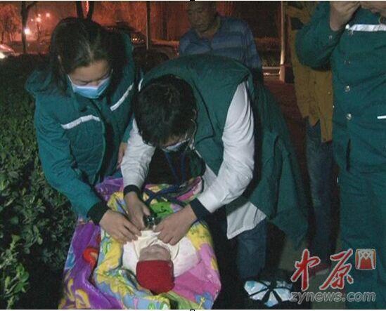 120醫護人員給女嬰做檢查