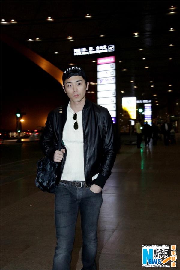 朱亚文 昨日,朱亚文一身休闲潮装现身北京首都机场,这也是前几日妻子沈佳妮被拍有孕后朱亚文的首度露面。他身着休闲黑色夹克搭配白色毛衣,白色运动板鞋,双肩包,一身休闲时尚装扮低调而随性,却不失成熟男人的独有味道。 据悉,此次朱亚文出行,是作为《GQ智族》杂志的客座明星编辑奔赴瑞士巴塞尔表展。作为全球最重要、最大规模的钟表珠宝博览会,巴塞尔表展汇聚了年度全球顶级腕表珠宝,也是时尚圈最为关注的盛会。