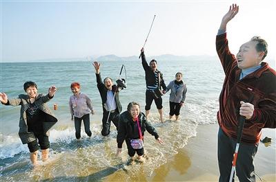 3月29日,厦门鼓浪屿,盲人朋友海边狂欢。 重庆晨报记者李斌摄