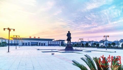 合福高铁婺源站,站前矗立着中国铁路之父詹天佑的塑像