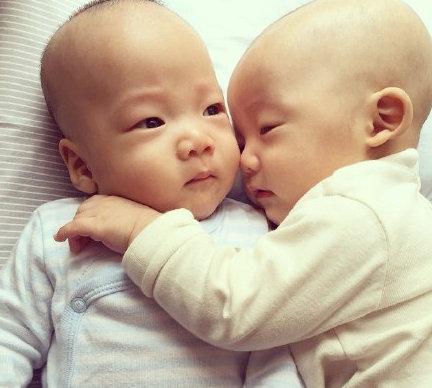双胞胎儿子(1 /9张)