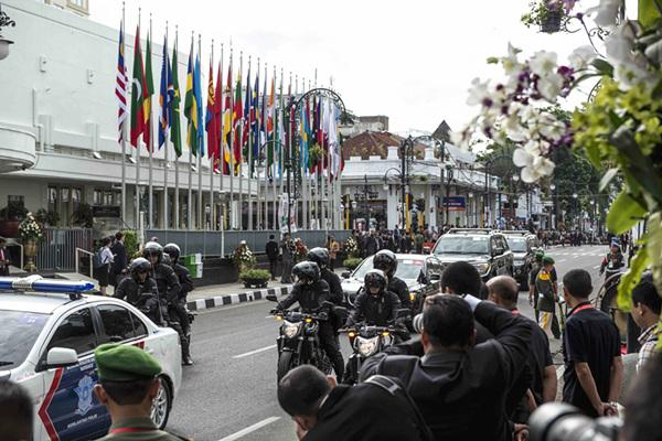 车队从举行万隆会议60周年纪念活动的会场外驶过。