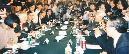 1992年,鲁平与访京的彭定康会晤。(香港《文汇报》资料图片)