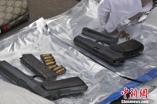 图为警方缴获的制式手枪及子弹。 廖军摄