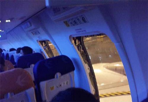 游客周跃强行打开飞机41l,42l座位旁两道应急舱门.