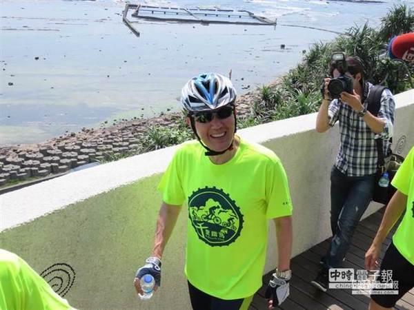 中继站休息时,马英九露出愉快笑容。(图片来源:台湾《中时电子报》)
