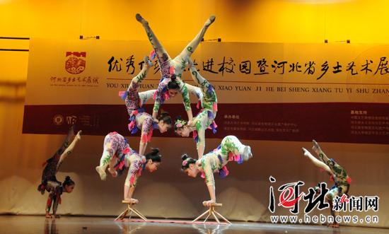 省杂技团表演的杂技《女子造型》。 马征摄