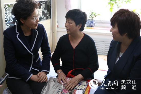 黑龙江省妇联联合爱心企业为贫困母亲献上爱心礼包。杨海全摄
