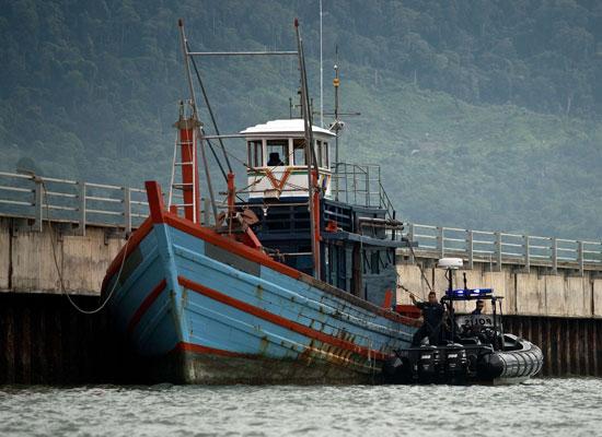 运载非法移民的船只.近2000名来自缅甸和孟加拉国的非法移民在印尼