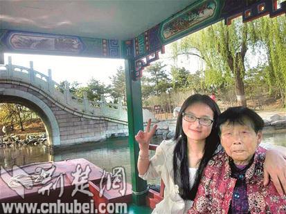 图为:母女俩在北京合影(图片由受访者提供)