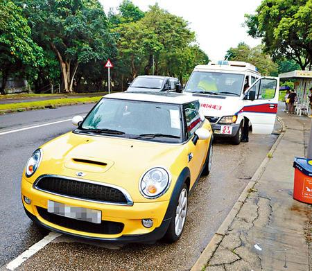 出事私家车被人发现停在巴士站附近。(香港《星岛日报》)