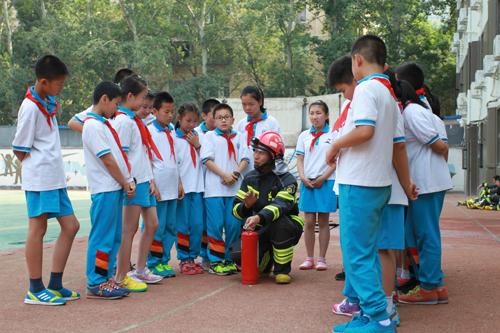 团结湖小学开展消防安全应急演练 600名师生现场体验