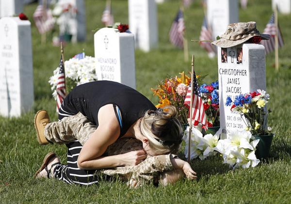 美国阵亡将士纪念日 4岁小男孩墓地悼念父亲(组图)