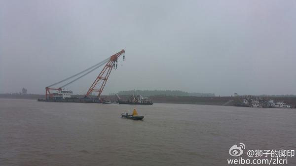 大型浮吊船抵达沉船现场救援(组图)图片