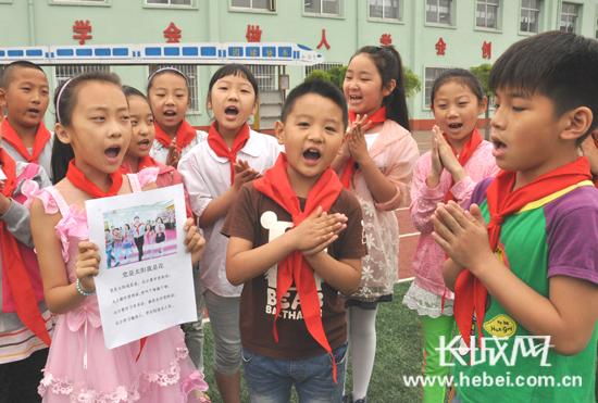 """""""这是秦皇岛市新生路小学的同学们正在传唱自编的儿歌《党是太阳我是"""