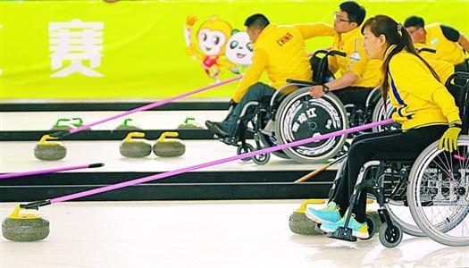 运动员使用传石和稳定轮椅作用手杖(棍)打比赛。全国第九届残疾人运动会暨第六届特殊奥林匹克运动会轮椅冰壶比赛,昨天起在松江大学生体育中心国际滑冰馆举行。这也是我国残疾人体育冬季项目比赛首次在夏季举行。 邵剑平 龚洁芸 摄影报道