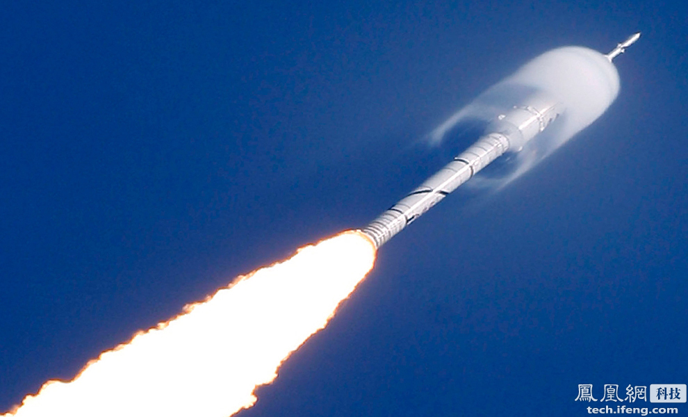 传统的火箭是通过尾部喷出高速的气体实现向前推进的。通过燃料燃烧喷出炽热的气体而推动飞行棋器前行,相对于裸露在外的推进剂储箱,化学火箭的发动机虽然看上去很小,但它的胃口很大,这种发动机吞噬掉的海量能源,只在提供短期动力方面有效。