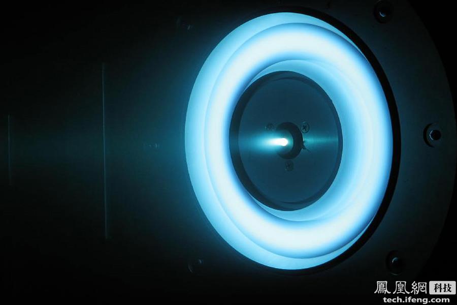 """离子推进器与常规的火箭相比,体型非常小,一般跟普通的车用发动机差不多大,而产生的推力也非常小,土星五号的推力达3500吨,而离子推进器的推力只能""""吹""""动一张A4纸或一个乒乓球。"""