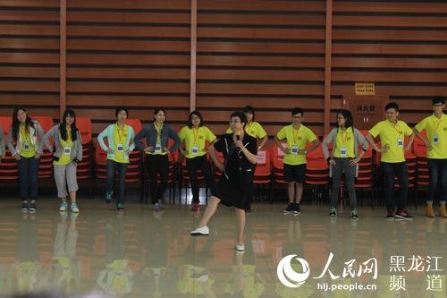 香港高校学生与哈尔滨工业大学学生一起进行拓展训练.-哈尔滨工业