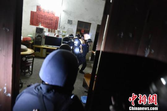 警方抓捕行动。