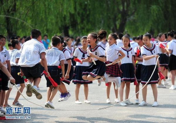 """6月16日,在辽宁省沈阳市望花一校,小学生们在""""大课间""""活动中跳绳.图片"""