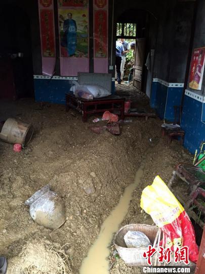 建始县一农户家中挖沟排水 刘定坤 摄