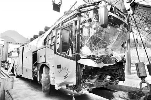 昨日傍晚,大巴车从事故地点被拖走,车身受损严重