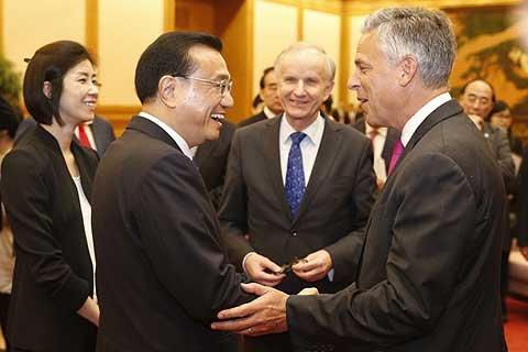 李克强会见出席第四届全球智库峰会的外方代表。中新社盛佳鹏摄