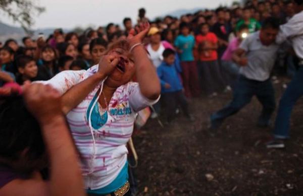 墨西哥小镇女性互殴流血求雨(网页截图)