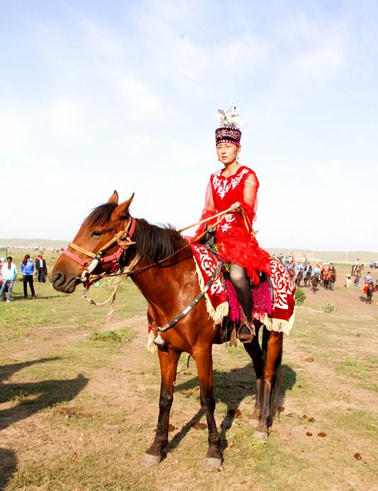 一位温泉县的蒙古赛马手图片