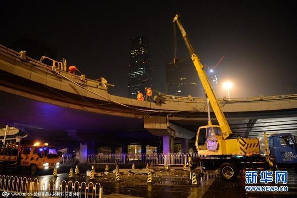 晨零点左右,一辆白色 路虎 汽车从国贸桥的西南角匝道桥坠落 高清图片