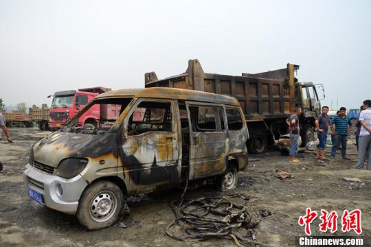 图为被引燃的车辆。严光涛 摄 7月21日,重庆一工地上的渣车在焊补油箱过程中发生爆燃,渝北区公安消防支队接到报警后,调集双龙湖中队3辆消防车,24名消防官兵赶赴现场展开救援,事故中造成焊接工人受伤,临近大货车的一辆小面包车也被引燃。经消防官兵的紧急救援,车辆明火很快被扑灭。为防止车辆温度过高引起复燃,消防官兵又对车体进行长时间的冷却,确保车辆无复燃危险。
