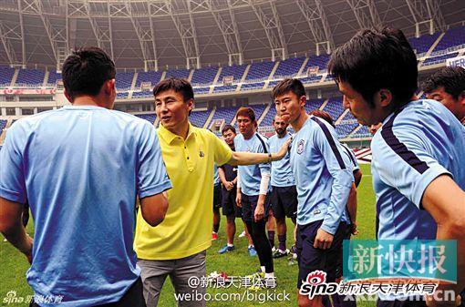 ■李玮锋与天津队解约后,很多球迷来送别他。