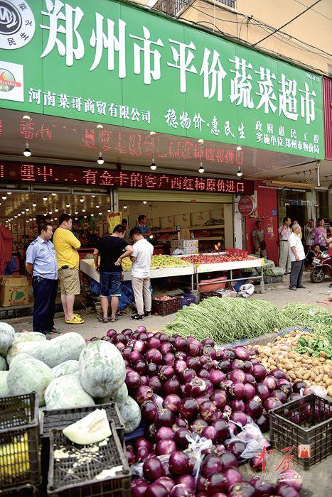 郑州庆丰街一菜店占道经营 将面临1到2万元罚