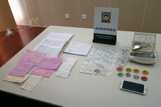 警方查获的假碎钻以及假发票等疑似犯案工具。澳门电台