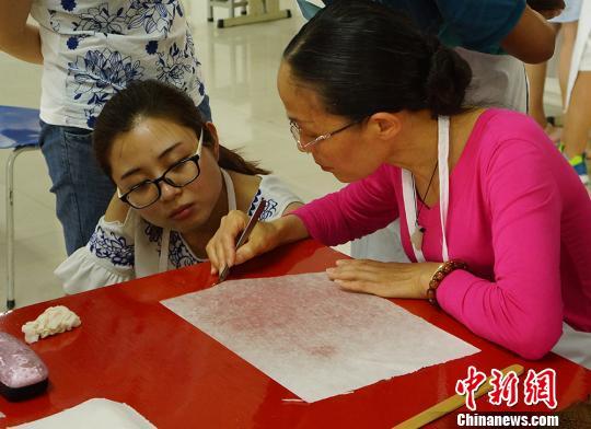 学员们学习苏式修复技术。 李珏明 摄