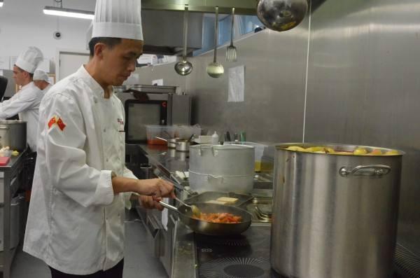 中国厨师在制作新疆特色菜