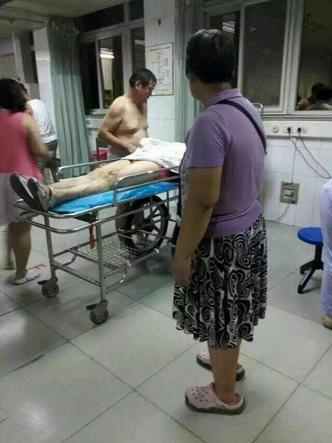 伤者等待救治。图片来自网络