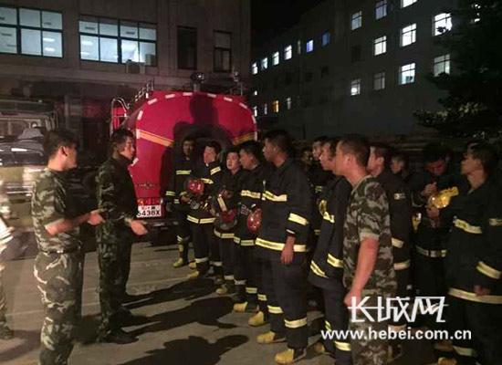 8月13日晚9时,沧州市公安警察消防支队集结待命,随时赶赴现场展开救援。图片由沧州市公安警察消防支队提供