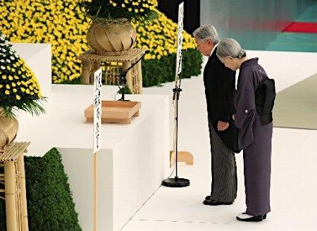 日本天皇夫妇追悼死难者。