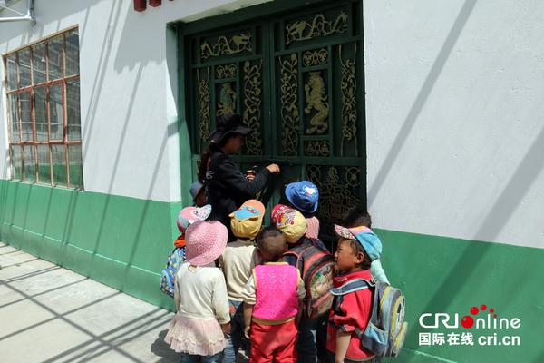 西德村,海拔3800米,是阿里地区普兰县的一个小村落,靠近中尼边境,是西藏最偏远的村庄之一。这里被雪山环绕,美丽的孔雀流经此地,形成壮阔的峡谷。记者在西德村采访羊毛编织厂的时候,惊喜地发现这所幼儿园,孩子们从大门里向外张望,看着人来人往。