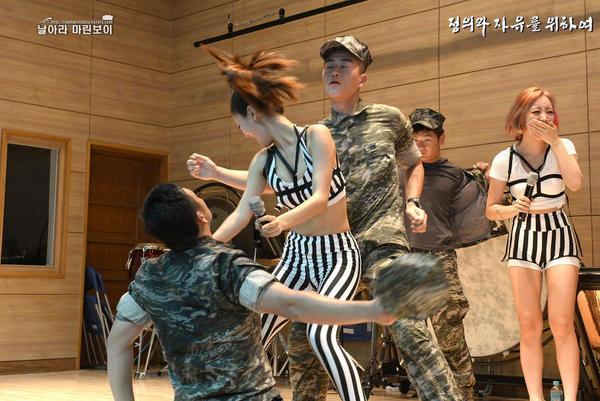 韩国美女艺人劳军秀大腿