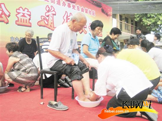 邢台举办公益道德大讲堂_子女含泪跪着为父母洗脚