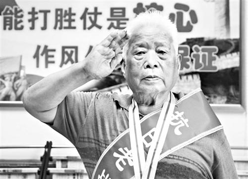 面对镜头,91岁的周迅敬了一个庄严的军礼
