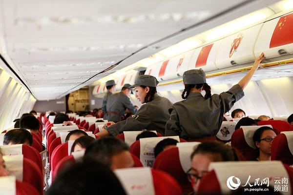 飞机起飞前,空乘进行安全检查.(人民网 李发兴 摄)