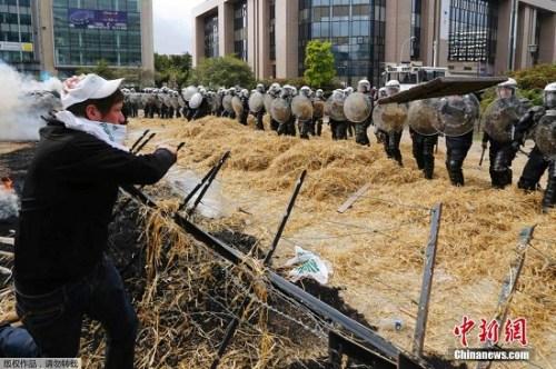 """拖拉机大军""""围攻""""欧盟总部 欧洲农民怒的啥?图片"""