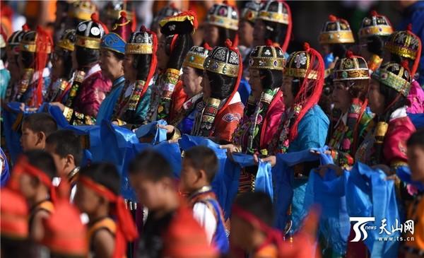 """在新疆库尔勒民族体育公园赛马场,蒙古族群众在""""东归那达慕节""""开幕式"""