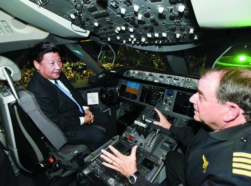 习近平到波音-787驾驶舱感受试驾